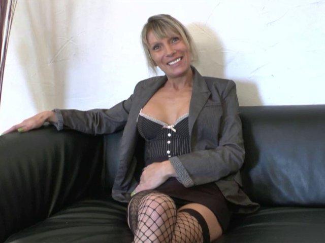 Une maman Cougar baisée par un acteur porno