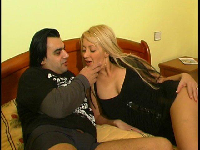 Ce mari infidèle encule violemment sa maîtresse à l'hôtel