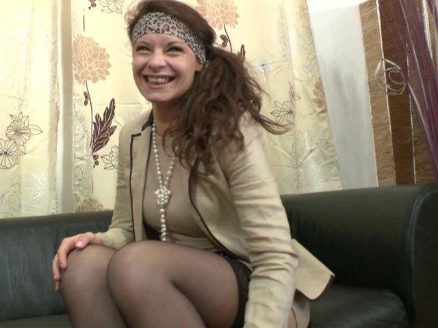 Initiation et première vidéo porno pour la jeune Lola.