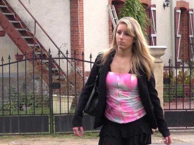 Blonde naïve se fait avoir avec le coup de la panne par un taxi