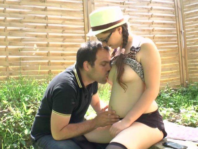 Jeune bachelière se fait prendre en levrette dans son jardin