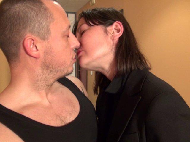 Une patronne nympho baise son employé dans les couloirs