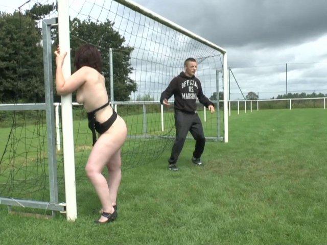 Une bonne pute se fait baiser sur un terrain de foot