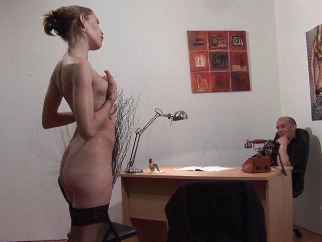 Cette pute paye son cul pour avoir un job de stripteaseuse