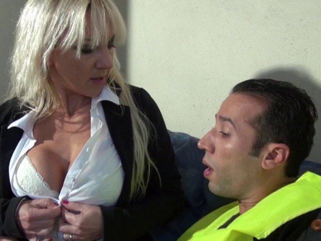 Thérèse est la patronne et aime baiser avec ses employés