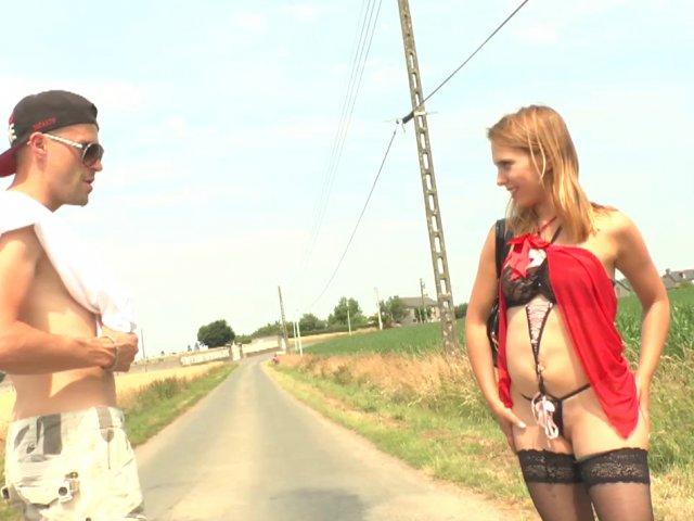 Une épouse aimante accepte de faire le trottoir!