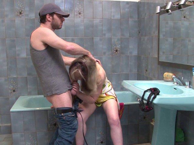 J'ai profité d'une fuite dans la salle de bain de ma voisine pour la baiser