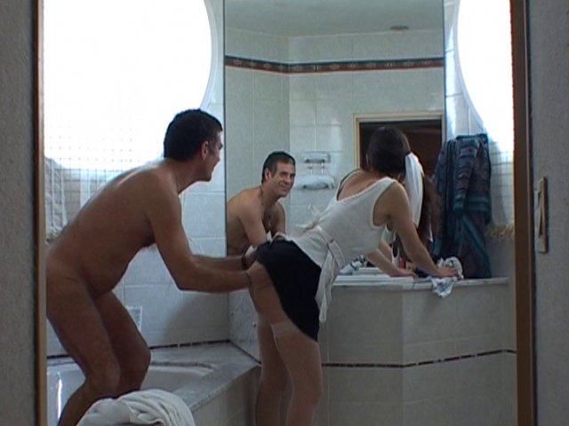 Femme de ménage cochonne vide les couilles de son patron