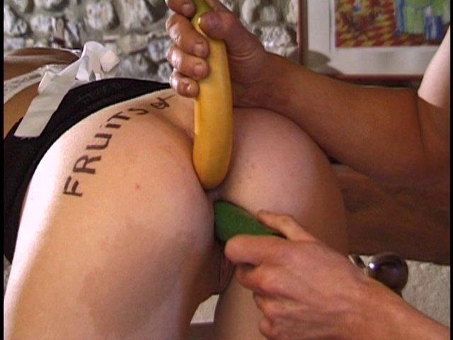 Femme de ménage sexy se fait baiser par des légumes et des fruits