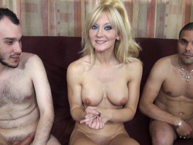 Ambre, cougar de 42 ans baise avec 2 jeunes hommes