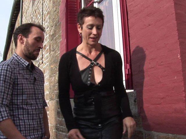 Cette femme mature aime lécher le cul des mecs en se faisant défoncer