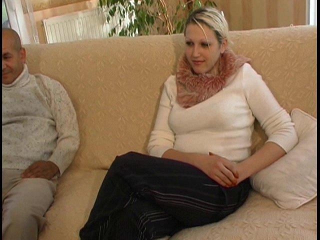 Un porno amateur français avec une blonde baisée par un couple