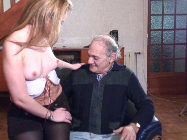 French porn avec un vieux qui se laisse faire par une blondinette