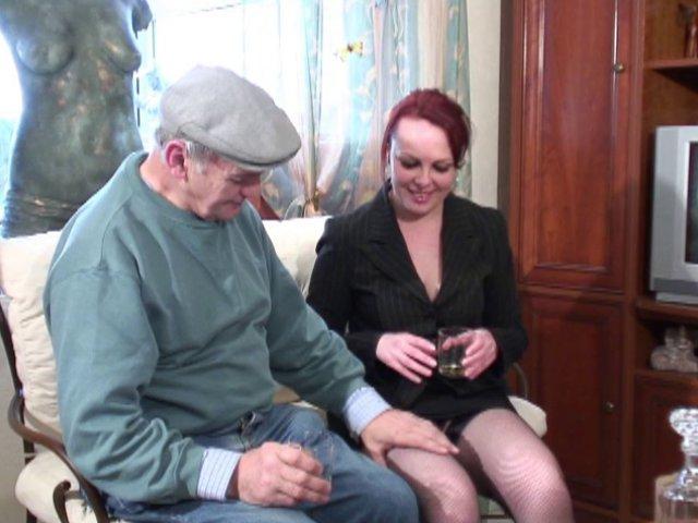 Une amatrice porno française venue se faire baiser par un vieux