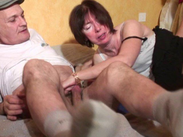 Une mamie qui redécouvre la baise avec deux hommes