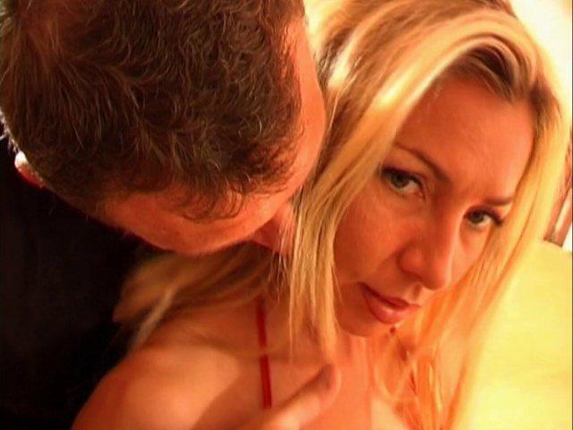 Un porno amateur français avec une blonde géante