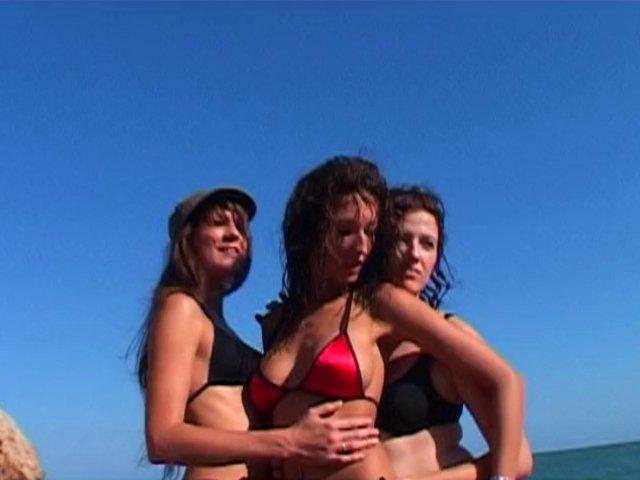 Baise lesbiennes en chaleur sur le sable