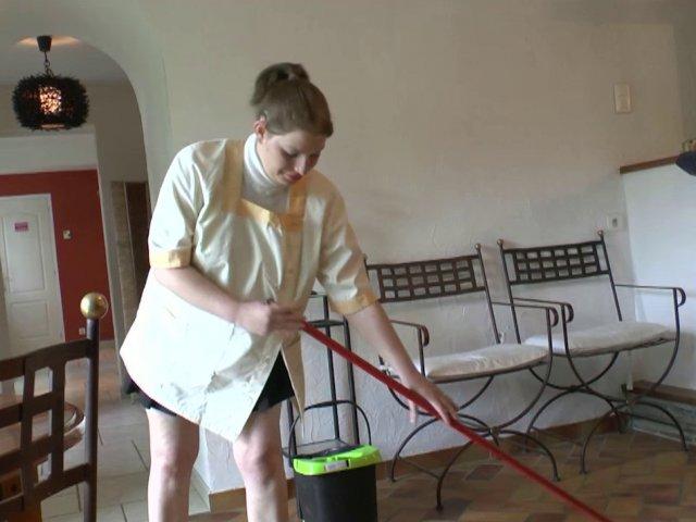Papy pervers se laisse tailler une pipe par sa femme de ménage