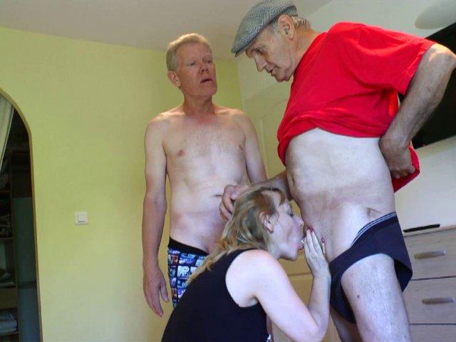 Une blondasse mature baisée par deux papys pervers