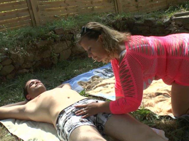 Grosse amatrice française est ravie de se faire sodomiser