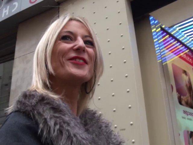 Une blonde qui prend son pied avec nous dans un sex shop