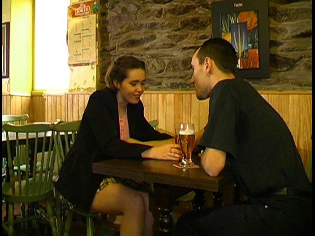 Des retrouvailles dans un bar entre fellation sodomie et éjaculation faciale