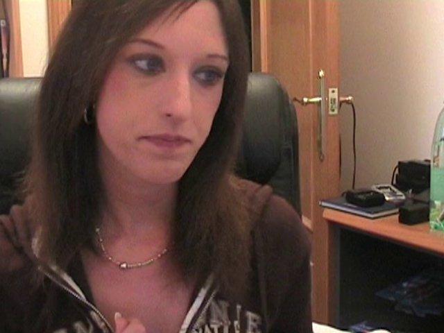 Laura se fait baiser au bureau devant la webcam