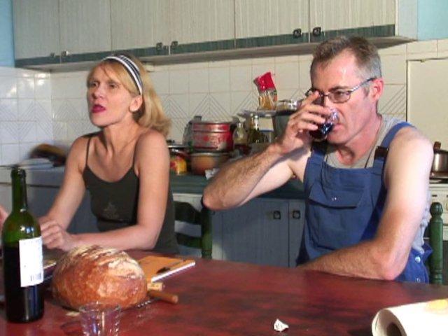 Agricultrice en mini jupe baisée à la ferme par ses employés