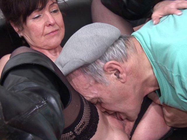Papy se fait sucer dans la salle d'attente chez son médecin