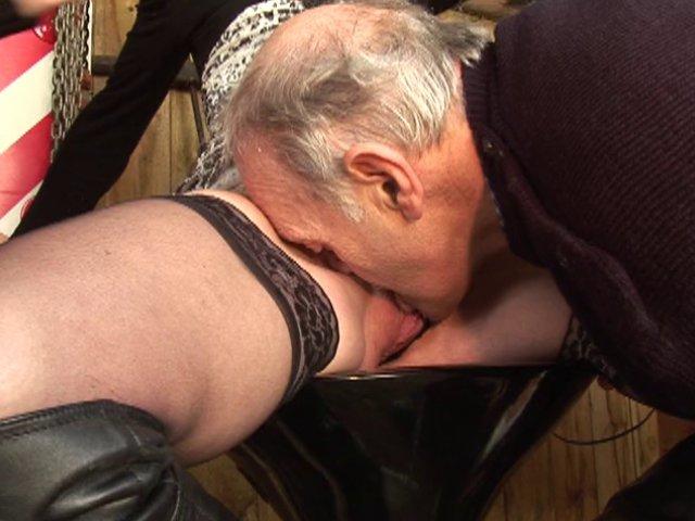 Papy pervers défonce une toute jeune chatte humide